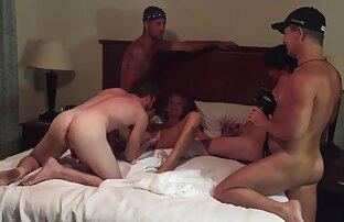 Två knutar samtidigt ta porn sexfilms bort byxor och ackumuleras i ett hölje