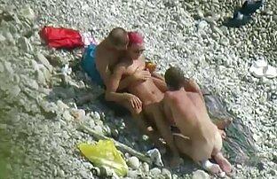 Lycklig kille har två porrfilm för äldre tjejer i vatten Hårig