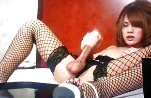 Kvinna i vit erotisk sexfilm skjorta onanerar framför kameran